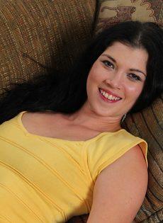 Улыбчивая брюнетка легла на диван и показала выбритую пизду - фото #1