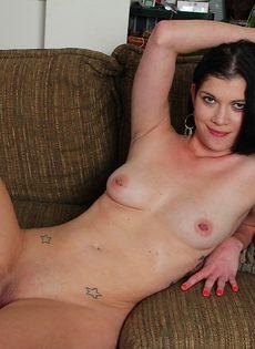 Улыбчивая брюнетка легла на диван и показала выбритую пизду - фото #10