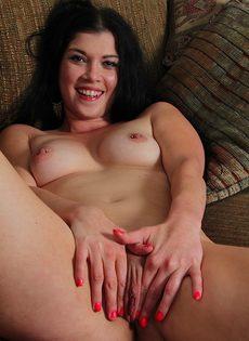 Улеглась на диван и нежно поводила пальцами по промежности - фото #11