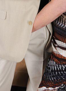 Брюнетистая тетка умело дрочит пенис стройными ногами - фото #1
