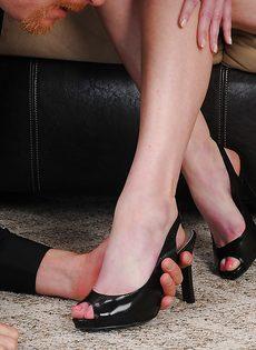 Брюнетистая тетка умело дрочит пенис стройными ногами - фото #5