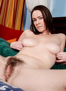 Дерет зрелую темноволосую подружку в волосатое влагалище - фото #7