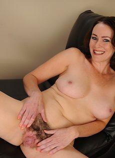 Немолодая развратница решила продемонстрировать мохнатую вагину - фото #16