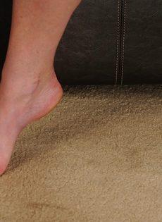Бабенка раздвигает ноги и показывает волосатое влагалище - фото #