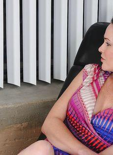 Женщина бальзаковского возраста показала волосатую промежность - фото #1