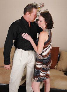 Женщина с мохнатой дыркой дрочит пенис мужа ножками - фото #1