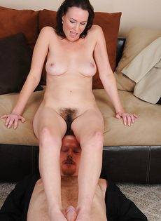 Женщина с мохнатой дыркой дрочит пенис мужа ножками - фото #10