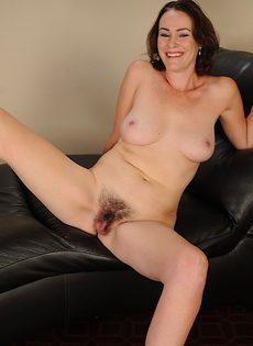 Волосатая вагинальная дырка немолодой развратной бабенки - фото #15