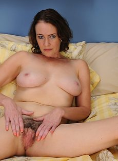 Тетка водит секс игрушкой по волосатой промежности - фото #9