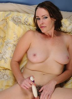 Тетка водит секс игрушкой по волосатой промежности - фото #12