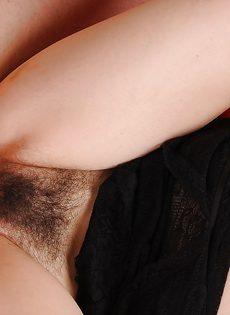 Брюнетка дала себя поиметь в волосатую вагинальную дырку - фото #12