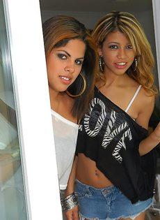 Латинские подружки чувственно целуются - фото #
