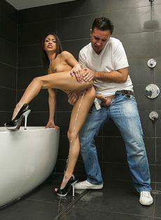 Оприходовал возбужденную молоденькую телку в ванной комнате - фото #5