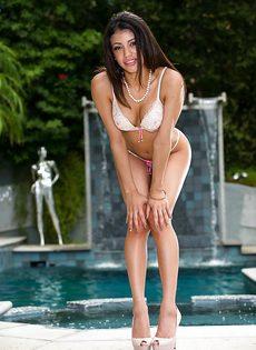 Раздевается возле бассейна и показывает интимные части тела - фото #7