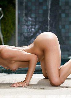 Раздевается возле бассейна и показывает интимные части тела - фото #16