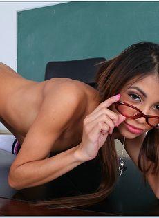 Молоденькая студентка в очках разделась прямо в аудитории - фото #