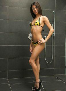 Милая девица показала сладенькие отверстия в ванной комнате - фото #2
