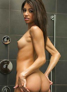 Милая девица показала сладенькие отверстия в ванной комнате - фото #10