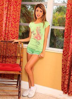 Фото обнаженной молоденькой латинки с маленькой грудью - фото #1