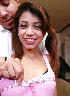 Парень развлекается с худенькой латиноамериканской подружкой - фото #1