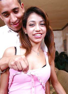 Парень развлекается с худенькой латиноамериканской подружкой - фото #3