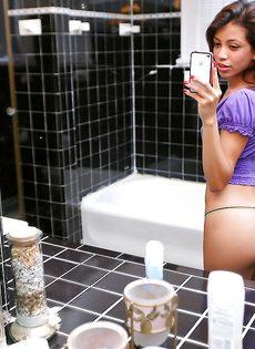 Милашка обнажила маленькие сиськи в ванной комнате - фото #3