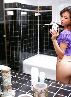 Милашка обнажила маленькие сиськи в ванной комнате - фото #4