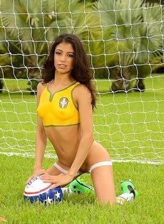 Шикарная фото сессия с футбольным мячом от миленькой девушки - фото #6