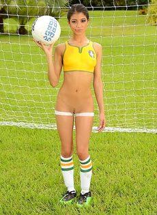 Шикарная фото сессия с футбольным мячом от миленькой девушки - фото #13
