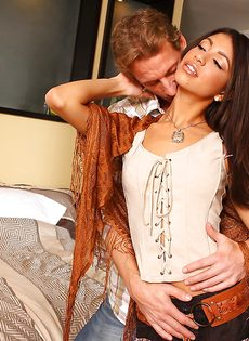 Очаровательная девушка налезла вагинальной дыркой на стояк - фото #3