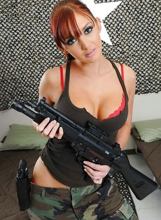 Соло от рыжеволосой девушки в армейской форме - фото #