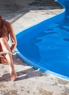 Красивая рыжеволосая девушка очень профессионально позирует - фото #