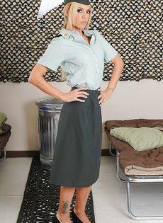 Соблазнительница в униформе хвастается великолепным телом - фото #