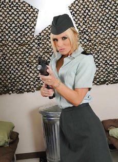 Соблазнительница в униформе хвастается великолепным телом - фото #4