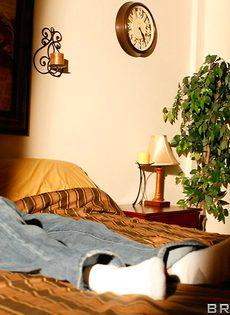 Супружеская пара развлекается в спальне на кроватке - фото #