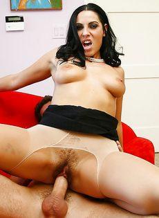 Грудастая женщина полирует пенис и занимается вагинальным сексом - фото #