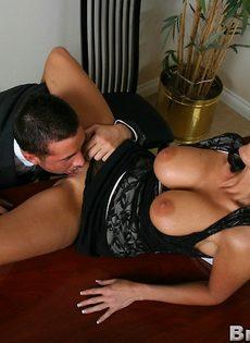 Начальник и сиськастая секретарша трахнулись в кабинете на столе - фото #5