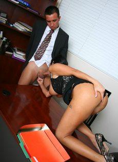Начальник и сиськастая секретарша трахнулись в кабинете на столе - фото #6
