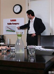 Сотрудники горячо и страстно трахнулись в офисе после работы - фото #1