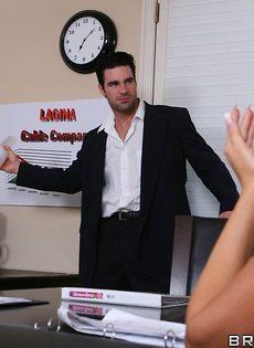 Сотрудники горячо и страстно трахнулись в офисе после работы - фото #2