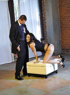 Veronica Rayne дрочит пенис партнера большими дойками - фото #1