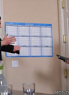 Хорошенькую женщину с большой грудью отымели в офисе - фото #12
