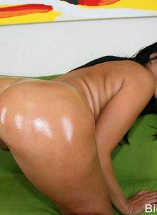 У этой зрелой брюнетки шикарная аппетитная задница в масле - фото #12