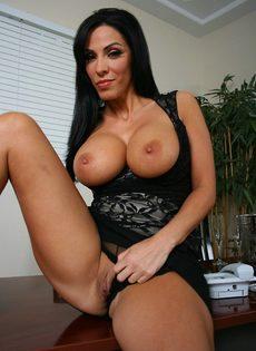 Деловой женщине с большими дойками хочется секса - фото #9
