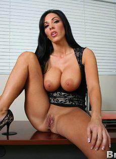 Деловой женщине с большими дойками хочется секса - фото #14