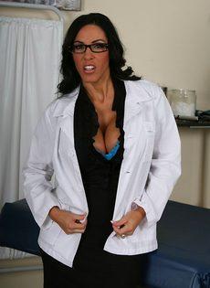 Эффектная врачиха в шикарном нижнем белье - фото #