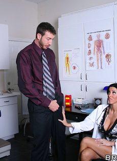 Горячая докторша сосет пенис и занимается классным сексом - фото #