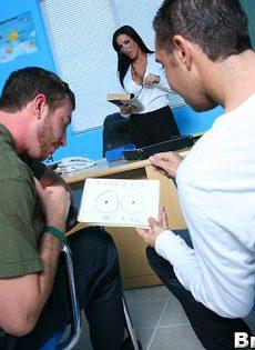 Молодые парни пустили по кругу красивую преподавательницу - фото #1