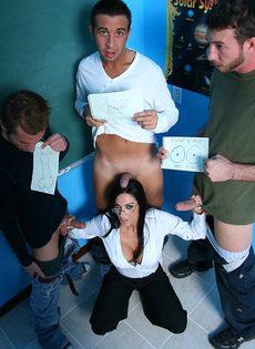 Молодые парни пустили по кругу красивую преподавательницу - фото #2