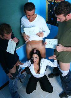 Молодые парни пустили по кругу красивую преподавательницу - фото #
